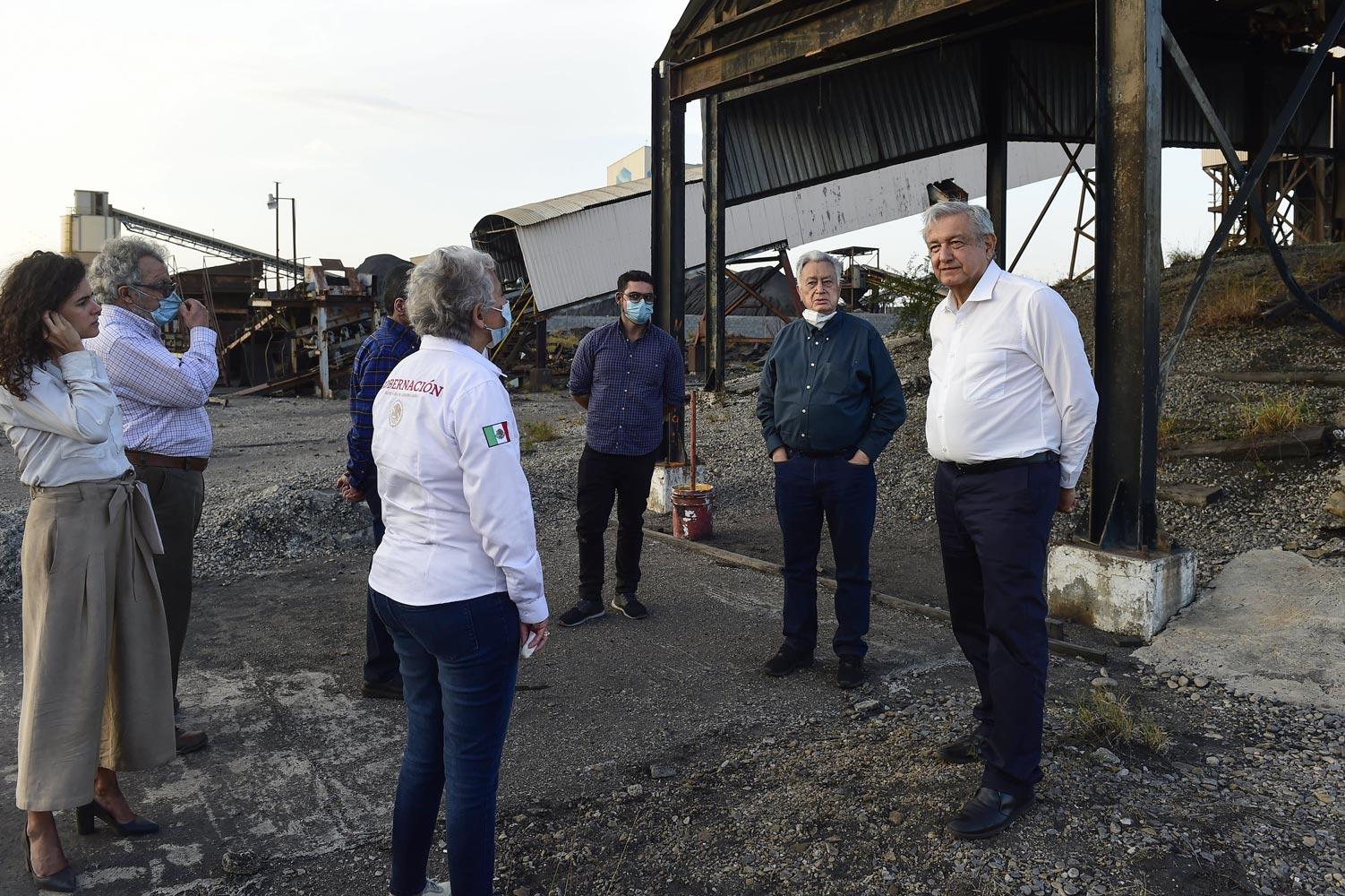 AMLO se compromete a indemnizar a familiares, mejoramiento urbano y rescate de cuerpos de mineros en Pasta de Conchos